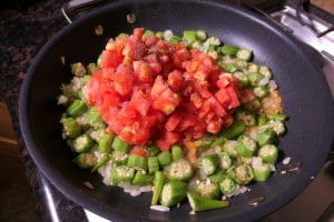 Okra and tomatoes in the pan